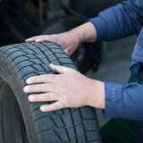 Mechanic changing a wheel Royalty Free Stock Photos