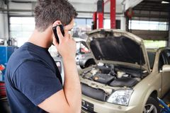 Mechanic talking on cell phone Royalty Free Stock Photos