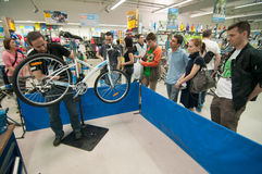 Mechanic teaching people how to adjust the front derailleur Royalty Free Stock Photo