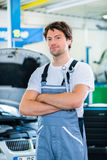 Mechanic working in workshop Royalty Free Stock Images
