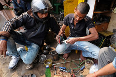 Mechanic at workshop on Malik Bazaar in Kolkata Stock Photos
