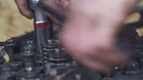 Mechanicy naprawiają dużego ciężarowego silnika zamkniętego w górę zbiory wideo