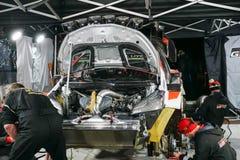 Mechanicy robi ostatnim przygotowaniom zlotny samochód przed opuszczać rasa fotografia stock