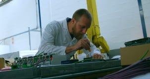 Mechaniczna inżyniera naprawiania obwodu deska przy stołem 4k zdjęcie wideo