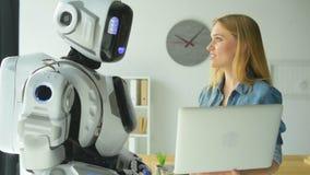 Mechaniczna maszyna i kobieta patrzeje laptop i gawędzić zdjęcie wideo