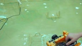 Mechaniczny Aqua larwy Rover basen zbiory wideo