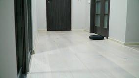 Mechaniczny próżniowy cleaner na laminata drewna podłoga Mądrze cleaning technologia Próżniowy czysty czyścić mieszkanie zbiory wideo