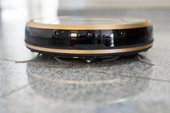 Mechaniczny próżniowy cleaner na jaskrawej marmurowej podłoga Obraz Royalty Free