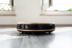 Mechaniczny próżniowy cleaner na laminata drewna podłoga Fotografia Stock