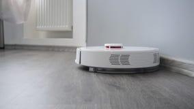 Mechaniczny próżniowy czysty czyści laminat podłogi w nowym luksusowym mieszkaniu zbiory wideo
