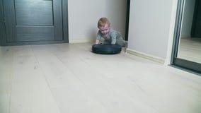 Mechaniczny próżniowy czysty na podłodze z chłopiec na drewnianej podłodze zdjęcie wideo