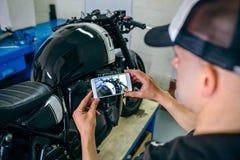 Mechanik bierze obrazek dostosowywający motocykl fotografia royalty free
