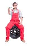 Mechanik bierze przerwę i pije kawę iść Fotografia Royalty Free