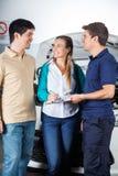 Mechanik Bierze znaka Od Szczęśliwej pary Zdjęcie Royalty Free