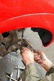 Mechanik czyścić calipers z drucianym muśnięciem. obraz stock
