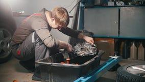 Mechanik czyści parowozowe części, obcieranie, profilowy widok zdjęcie wideo