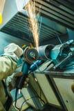 Mechanik czyści spawającego szew na sekcji stalowy pypeć zdjęcia royalty free