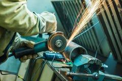 Mechanik czyści spawającego szew na sekcji stalowy pypeć obrazy royalty free