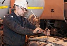 Mechanik demontuje silnika Produkci miejsce zdjęcie royalty free