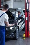 Mechanik egzamininuje pojazd Obrazy Stock