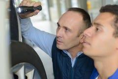 Mechanik I aplikant Pracuje Na samochodzie Wpólnie obrazy stock