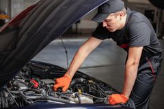 Mechanik jest changind olej obraz stock