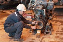 Mechanik naprawia dużego silnika ciężarówka fotografia royalty free