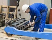 Mechanik naprawia silnika zdjęcia stock