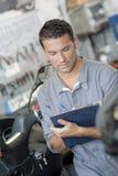 Mechanik pisze raporcie obrazy stock