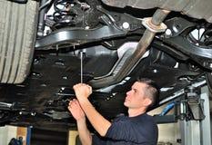Mechanik pod samochodem. obrazy royalty free