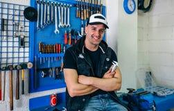 Mechanik pozuje z motocyklem fotografia royalty free