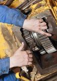 Mechanik pracuje na łamanym pojazdzie, przekaz naprawa zdjęcie royalty free