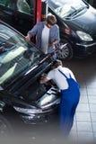Mechanik pracuje na łamanym silniku Zdjęcia Stock
