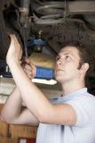 Mechanik Pracuje Na kole Pod samochodem Obrazy Stock