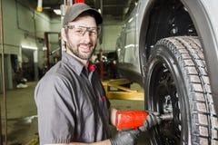 Mechanik pracuje na samochodzie w jego sklepie Zdjęcie Royalty Free
