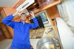 Mechanik pracuje na wewnętrznym obozowicza samochodzie dostawczym Obraz Royalty Free