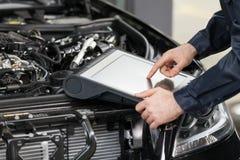 Mechanik pracuje przy komputerem. Obrazy Royalty Free