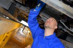Mechanik pracuje w jamie zdjęcie stock