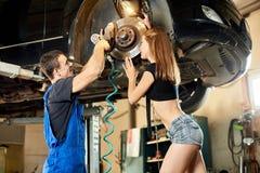Mechanik pracuje z automatycznym śrubokrętem załatwiać sterowniczego mechanizm Obrazy Stock
