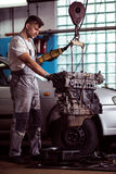 Mechanik pracuje z silnikiem Obrazy Royalty Free