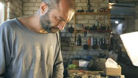 Mechanik pracy w jego garaż lub warsztat Mężczyzna skupiający się dalej działa Ciężkiej Pracy Pojęcie Zwolnionego Tempa Zamknięty zbiory wideo