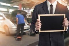 Mechanik ręka sprawdza łamanego samochód w garażu i załatwia Inspec zdjęcia royalty free