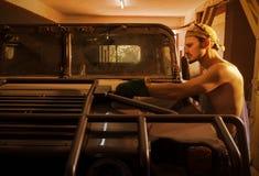 Mechanik robi nowemu samochodowemu ciału dużej maszynie obrazy royalty free