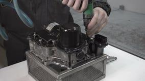 Mechanik robi rozebraniu samochodu automatyczny przekaz DSG7, robot zdjęcie wideo