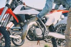 Mechanik słuzyć motocross motocykl obraz royalty free