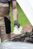 Mechanik sprawdza nafcianego poziom Zdjęcie Royalty Free