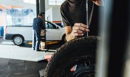 Mechanik sprawdza samochodowej opony stąpania głębię Obraz Stock