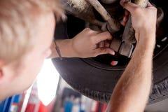 Mechanik Sprawdza szoka absorber zdjęcie stock
