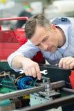 Mechanik trzyma spanner narzędzie fotografia royalty free