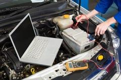 Mechanik używa diagnostycznego narzędzie na silniku Zdjęcia Royalty Free